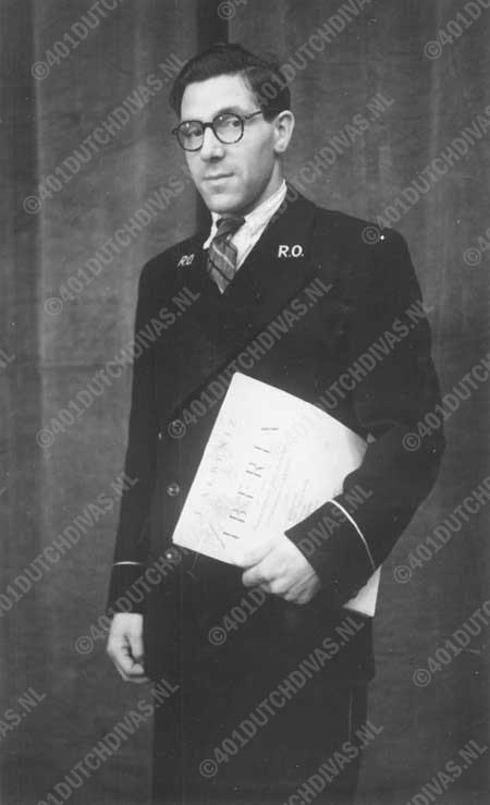 Cornelis Schell als bibliothecaris bij het Residentie Orkest, Den Haag 31-8-1948