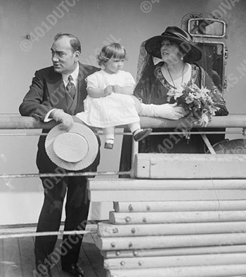Enrico-Caruso-with-family